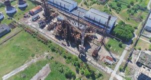 Luftschuß weg von der Erdölraffinerie, verlassene Fabrik stock video