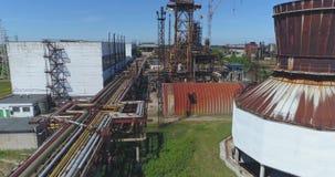 Luftschuß weg von der Erdölraffinerie, verlassene Fabrik stock video footage