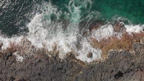Luftschuß Aufrisskamera ziehen herunter die Wellen spritzen Blau und Türkis in der Farbe und im vulkanischen stock video