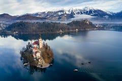 Luftschuß der Kirche der Annahme, Boote segeln, um von Bled Insel, der geblutete See, Slowenien unterzustützen lizenzfreies stockfoto
