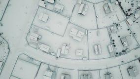 Luftschuß, der oben über typische erstaunliche Winterlandschaftslandschaft steigt stock video
