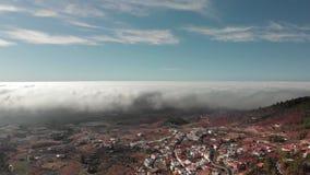 Luftschuß Ein schöner Kreisflug über volumetrischen Beschaffenheitsgewitterwolken über einem roten vulkanischen Tal unter stock video footage