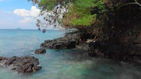 Luftschu? eines fantastischen blauen Lagunenstrandes auf der Bali-Insel mit haarscharfen blauen Wasser und einem wei?en Sand stock footage