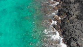 Luftschu? eines fantastischen blauen Lagunenstrandes auf der Bali-Insel mit haarscharfen blauen Wasser und einem wei?en Sand stock video