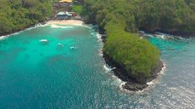 Luftschu? eines fantastischen blauen Lagunenstrandes auf der Bali-Insel mit haarscharfen blauen Wasser und einem wei?en Sand stock video footage