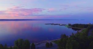 Luftseestadthafen und -hafen bei Sonnenuntergang stock video