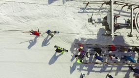 Luftskifahrer und Snowboarder gehen den Aufzug auf der Steigung hinauf stock video