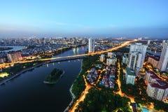 Luftskylineansicht von Hanoi-Stadtbild in der Dämmerung Linh Dam-Halbinsel, Hoang Mai-Bezirk, Hanoi, Vietnam Lizenzfreies Stockbild