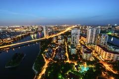 Luftskylineansicht von Hanoi-Stadtbild in der Dämmerung Linh Dam-Halbinsel, Hoang Mai-Bezirk, Hanoi, Vietnam Lizenzfreies Stockfoto