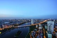 Luftskylineansicht von Hanoi-Stadtbild in der Dämmerung Linh Dam-Halbinsel, Hoang Mai-Bezirk, Hanoi, Vietnam Stockbilder