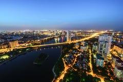 Luftskylineansicht von Hanoi-Stadtbild in der Dämmerung Linh Dam-Halbinsel, Hoang Mai-Bezirk, Hanoi, Vietnam Stockfoto