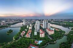 Luftskylineansicht von Hanoi-Stadtbild in der Dämmerung Linh Dam-Halbinsel, Hoang Mai-Bezirk, Hanoi, Vietnam Lizenzfreie Stockfotografie