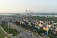 Luftskylineansicht von Kreuzungen eine Duong Vuong-Straße - Vl-Chi Cong-Straße - Straße des Au Co zu Nhat Tan-Brücke Hanoi-Stadtb stockfotografie