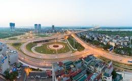 Luftskylineansicht von Kreuzungen eine Duong Vuong-Straße - Vl-Chi Cong-Straße - Straße des Au Co zu Nhat Tan-Brücke Hanoi-Stadtb lizenzfreies stockbild
