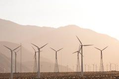 Luftsolarbauernhof und Turbinen in Kalifornien-Wüste Lizenzfreies Stockbild