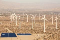 Luftsolarbauernhof und Turbinen in Kalifornien-Wüste Stockbilder