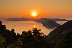 Luftsonnenaufgang hinter Alonisos-Insel von der Spitze eines Hügels in Skopelos stockfoto
