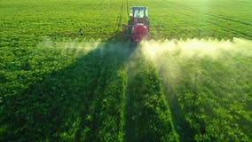 Luftsonnenaufgangansicht des Landwirtschaftstraktors pflügend und auf Feld sprühend stock video