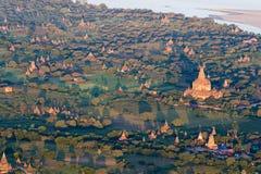 Luftsonnenaufgangansicht, die über das Tempel- und Pagodenfeld bei Bagan, Myanmar fliegt, wie von einer Heißluftballonfahrt geseh stockbild