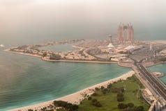Luftsonnenuntergangskyline von Abu Dhabi-Jachthafen, UAE Lizenzfreie Stockfotografie