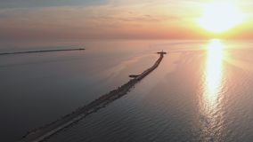 Luftsonnenuntergangspitzenleuchtturmansicht mit Schiffen im Hintergrund - warme Landschaft der untergehenden Sonne Landschaftsw?h stock video footage