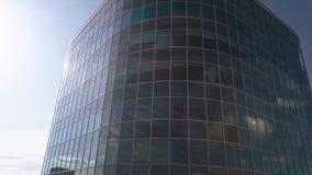 Luftsonnenuntergangvideo des internationalen Geschäftszentrums Moskaus Die Kamera, die herauf die Wolkenkratzer ` s Fassade der M stock video footage