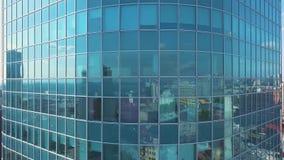 Luftsonnenuntergangvideo des internationalen Geschäftszentrums Moskaus Die Kamera, die herauf die Wolkenkratzer ` s Fassade der M stock video