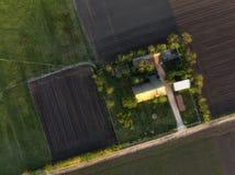 Luftspitze abgeschossen von einer Ranch auf den landwirtschaftlichen Gebieten im Sonnenuntergang lizenzfreies stockbild