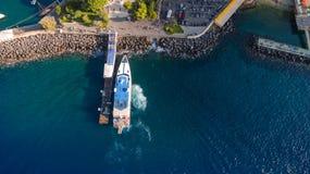 Luftspitze hinunter Ansicht der Ankunft des Schiffs mit Touristen in der Portbucht Transport per Schiff Sorrent-Stadt, Tourismusk lizenzfreies stockbild