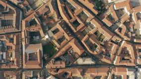 Luftspitze hinunter Ansicht von Straßen und von mit Ziegeln gedeckten Häusern in Alessandria Piedmont, Italien lizenzfreies stockfoto