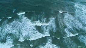 Luftspitzenschuß des sandigen Strandes, der durch Lichtwellen in Sri Lanka gewaschen wird stock footage