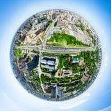 Luftstadtansicht mit Kreuzungen und Straßen, Häuser, Gebäude, Parks und Parkplätze Sonniges Sommerpanoramabild Stockfoto
