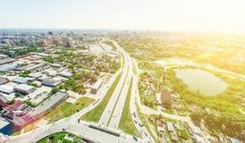 Luftstadtansicht mit Kreuzungen und Straßen, Häuser, Gebäude, Parks und Parkplätze Sonniges Sommerpanoramabild Stockfotos