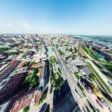Luftstadtansicht mit Kreuzungen und Straßen, Häuser, Gebäude, Parks und Parkplätze Sonniges Sommerpanoramabild Stockfotografie