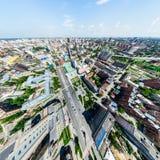 Luftstadtansicht mit Kreuzungen und Straßen, Häuser, Gebäude, Parks und Parkplätze Sonniges Sommerpanoramabild Lizenzfreie Stockfotografie