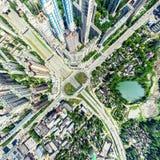 Luftstadtansicht mit Kreuzungen und Straßen, Häuser, Gebäude, Parks und Parkplätze Sonniges Sommerpanoramabild Lizenzfreie Stockbilder