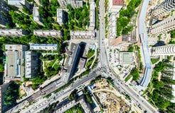Luftstadtansicht mit Kreuzungen und Straßen, Häuser, Gebäude, Parks und Parkplätze Sonniges Sommerpanoramabild Stockbilder