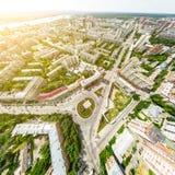 Luftstadtansicht mit Kreuzungen und Straßen, Häuser, Gebäude, Parks und Parkplätze Sonniges Sommerpanoramabild Lizenzfreies Stockbild