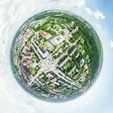 Luftstadtansicht mit Kreuzungen und Straßen, Häuser, Gebäude, Parks und Parkplätze Sonniges Sommerpanoramabild Lizenzfreie Stockfotos