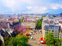 Luftstadtansicht von schönen Gebäuden auf dem Horizont im Frühjahr in Paris Stockbild
