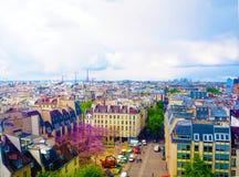 Luftstadtansicht von schönen Gebäuden auf dem Horizont im Frühjahr in Paris Lizenzfreies Stockbild
