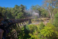 Luftstoßender Billy Steam Train, der über die Brücke hinausgeht Lizenzfreies Stockbild