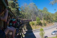 Luftstoßender Billy Steam Train, der über die Brücke hinausgeht Lizenzfreie Stockbilder