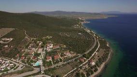 Luftszene von Meer, Küstenlinie und Trikorfo setzen mit grünen Hügeln auf den Strand Griechenland stock footage