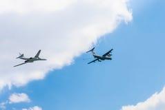 Lufttanker Il-78 (Midas) und Tu-160 Stockfotos