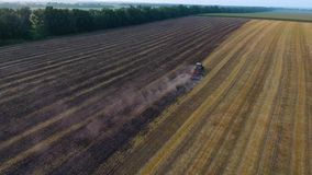 Lufttraktor, der Feld pflügt stock footage