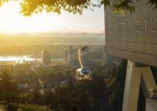 Lufttram in Portland, Oregon während des Sonnenaufgangs oder des Sonnenuntergangs Lizenzfreie Stockfotos