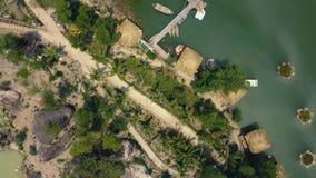 Lufttriebbootspier und -bungalow für Rest auf See unter tropischer Natur auf Insel Grünes Wasser im schönen See und stock video