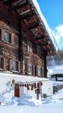 Luftuttorkningnötkött på en kugge i de schweiziska fjällängarna royaltyfri foto