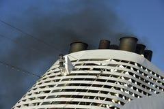 Luftverschmutzung verursacht durch ein Kreuzschiff Stockfotos